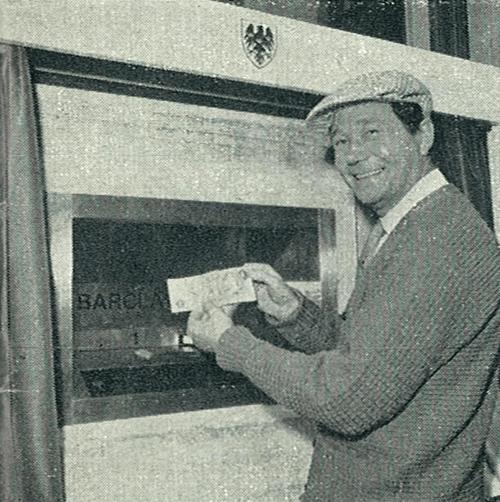 Aktieris Redžinalds Vārnijs izņem skaidru naudu no pasaulē pirmā bankomāta. Lielbritānija, 1967. gads.
